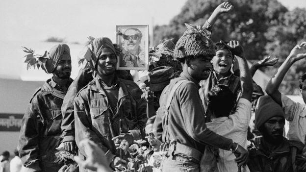 একাত্তরের যুদ্ধের পর শেখ মুজিবের ছবি নিয়ে ভারতীয় সেনাদের উল্লাস