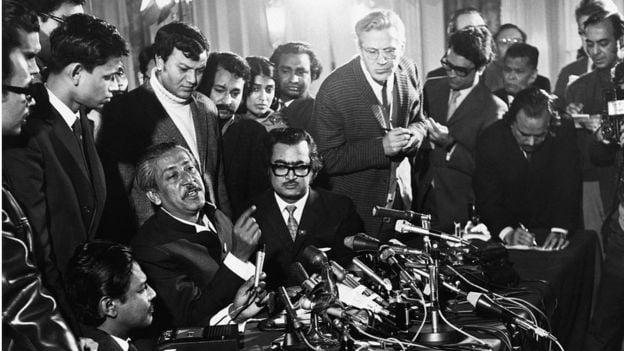 জানুয়ারি ৮, ১৯৭২: লন্ডনের ক্ল্যারিজ'স হোটেলে গণমাধ্যমের মুখোমুখি শেখ মুজিব।