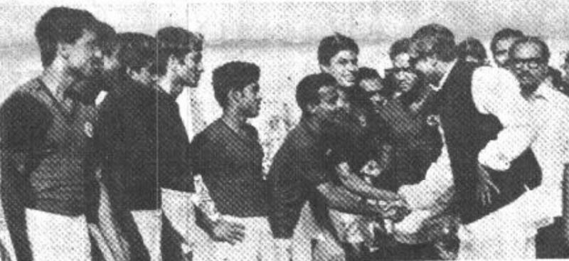 ঢাকায় মোহনবাগানের খেলোয়াড়দের সঙ্গে বঙ্গবন্ধু, দৈনিক বাংলা ১৯৭২