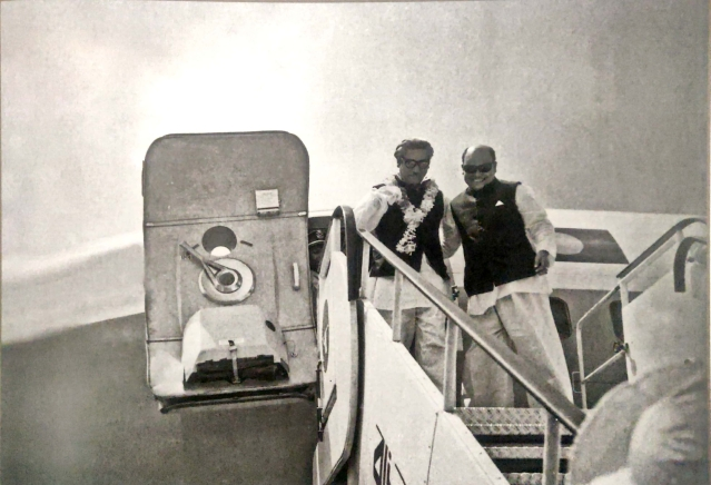 Sheikh Mujibur Rahman returns to Bangladesh after a successful visit abroad. One of his closest compatriots, Syed Nazrul Islam, is unable to contain his excitement and receives him on the stairs of the airplane itself.
