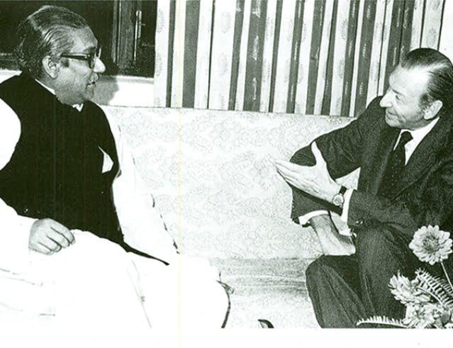 Sheikh Mujibur Rahman in conversation with the UN secretary general Kurt Waldheim on 27 November 1972.