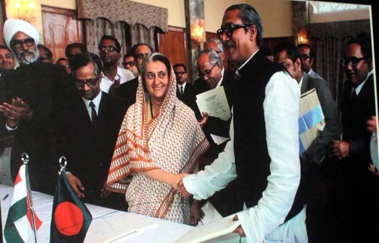 তৎকালীন ভারতীয় প্রধানমন্ত্রী ইন্দিরা গান্ধীর সঙ্গে একটি রাষ্ট্রীয় অনুষ্ঠানে বঙ্গবন্ধু। ছবি সংগ্রহ : বিপ্লব দিক্ষিৎ।